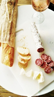Not pretty but all you need during your stay in Bordeaux: Cheese, Baguette, Saucisson and Wine.
